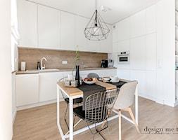 REALIZACJA SKANDYNAWIA NA WOLI - Średnia otwarta biała kuchnia w kształcie litery l w aneksie z oknem, styl skandynawski - zdjęcie od design me too
