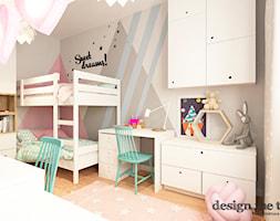 ARTYSTYCZNY ŻOLIBORZ W SKANDYNAWSKIM WYDANIU - Średni szary różowy pokój dziecka dla chłopca dla dziewczynki dla rodzeństwa dla ucznia dla malucha dla nastolatka, styl skandynawski - zdjęcie od design me too