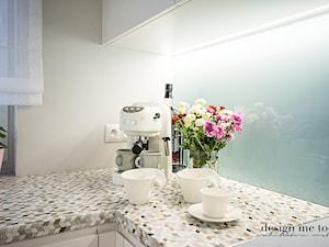 REALIZACJA ARTYSTYCZNY ŻOLIBORZ W SKANDYNAWSKIM WYDANIU - Średnia biała niebieska kuchnia w kształcie litery l z oknem, styl nowoczesny - zdjęcie od design me too