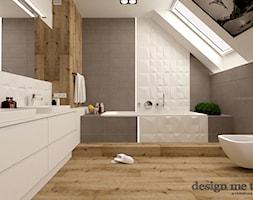 DOM W LESZNOWOLI - Duża biała brązowa szara łazienka na poddaszu w domu jednorodzinnym z oknem, styl nowoczesny - zdjęcie od design me too