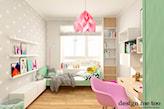 szara ściana w białe kropki, różowy fotel, drewniana podłoga różowa lampa wisząca w pokoju dziewczynki