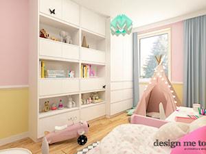 APARTAMENT W RUMI - Średni pastelowy żółty różowy pokój dziecka dla dziewczynki dla malucha, styl nowoczesny - zdjęcie od design me too