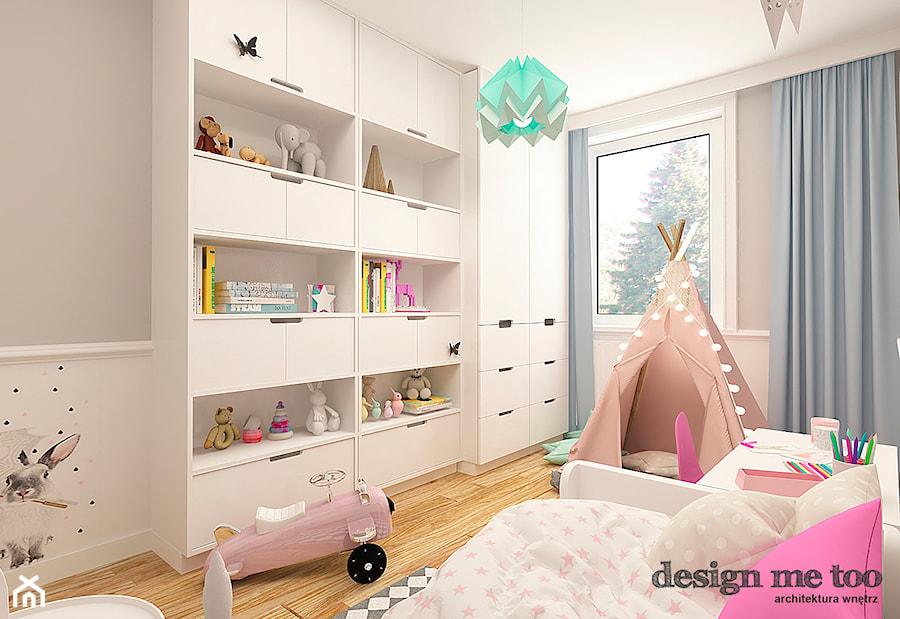 Aranżacje wnętrz - Pokój dziecka: POKOJE DZIEWCZĘCE - Średni biały szary pokój dziecka dla dziewczynki dla malucha, styl klasyczny - design me too. Przeglądaj, dodawaj i zapisuj najlepsze zdjęcia, pomysły i inspiracje designerskie. W bazie mamy już prawie milion fotografii!