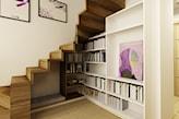 drewniane schody, drewniana podłoga, biały regał, różowa grafika