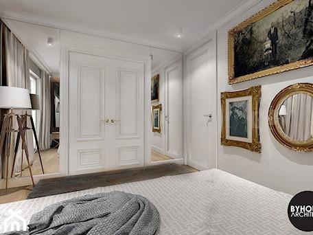 Aranżacje wnętrz - Sypialnia: kolorLOVE - Średnia biała sypialnia dla gości, styl eklektyczny - BYHOUSE ARCHITECTS. Przeglądaj, dodawaj i zapisuj najlepsze zdjęcia, pomysły i inspiracje designerskie. W bazie mamy już prawie milion fotografii!