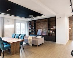 apartamentSUWAŁKI - Duży biały beżowy salon z jadalnią, styl eklektyczny - zdjęcie od BYHOUSE ARCHITECTS - Homebook