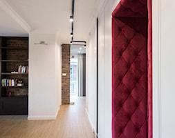 apartamentSUWAŁKI - Średni biały hol / przedpokój, styl eklektyczny - zdjęcie od BYHOUSE ARCHITECTS - Homebook