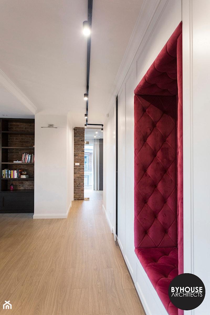 apartamentSUWAŁKI - Średni biały hol / przedpokój, styl eklektyczny - zdjęcie od BYHOUSE ARCHITECTS