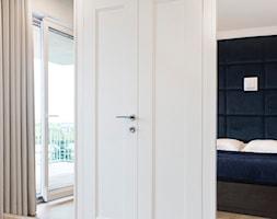 apartamentSUWAŁKI - Średnia beżowa sypialnia małżeńska z balkonem / tarasem, styl eklektyczny - zdjęcie od BYHOUSE ARCHITECTS - Homebook