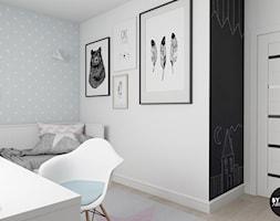 scandiHOUSE - Mały biały pastelowy niebieski czarny pokój dziecka dla chłopca dla ucznia dla nastolatka, styl skandynawski - zdjęcie od BYHOUSE ARCHITECTS