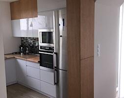kuchnia w nowoczesnej odsłonie - Mała otwarta biała kuchnia w kształcie litery l, styl nowoczesny - zdjęcie od Nowicki Kuchnie