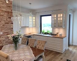Kuchnia glamour - Średnia otwarta szara kuchnia w kształcie litery l w aneksie z oknem, styl glamour - zdjęcie od Nowicki Kuchnie