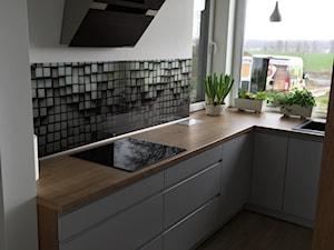 kuchnia w nowoczesnej odsłonie - Mała zamknięta biała szara czarna kuchnia w kształcie litery l w aneksie z oknem, styl nowoczesny - zdjęcie od Nowicki Kuchnie