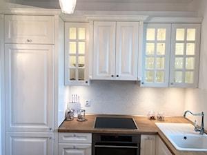 Kuchnia glamour - Mała otwarta biała kuchnia w kształcie litery l z oknem, styl glamour - zdjęcie od Nowicki Kuchnie