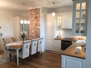 Kuchnia glamour - Średnia otwarta biała kuchnia w kształcie litery l w aneksie, styl glamour - zdjęcie od Nowicki Kuchnie