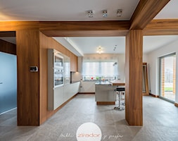 Stolarka do domu z dużym salonem - Średni biały salon z kuchnią z jadalnią, styl nowoczesny - zdjęcie od Zirador - Meble tworzone z pasją