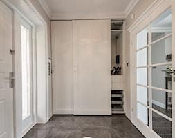 Stylowa willa - Średni beżowy hol / przedpokój - zdjęcie od Zirador - Meble tworzone z pasją