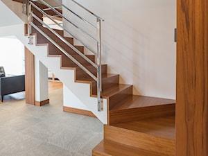 Stolarka do domu z dużym salonem - Średnie wąskie schody zabiegowe wachlarzowe drewniane betonowe, styl nowoczesny - zdjęcie od Zirador - Meble tworzone z pasją