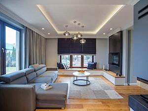 DOM W PRZYTULNYCH SZAROŚCIACH - Duży szary niebieski czarny salon, styl nowoczesny - zdjęcie od DALMIKO DESIGN Pracownia Projektowa