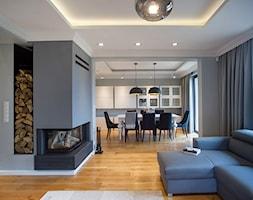 DOM W PRZYTULNYCH SZAROŚCIACH - Średni szary biały czarny salon z kuchnią z jadalnią, styl nowoczesny - zdjęcie od DALMIKO DESIGN Pracownia Projektowa
