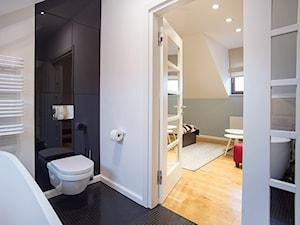 DOM W PRZYTULNYCH SZAROŚCIACH - Mała biała czarna łazienka na poddaszu w domu jednorodzinnym, styl nowoczesny - zdjęcie od DALMIKO DESIGN Pracownia Projektowa