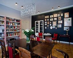 KAMIENICA W CENTRUM PŁOCKA - Średnia zamknięta biała czarna jadalnia w salonie, styl eklektyczny - zdjęcie od DALMIKO DESIGN Pracownia Projektowa