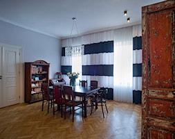 KAMIENICA W CENTRUM PŁOCKA - Średnia otwarta szara jadalnia w salonie, styl eklektyczny - zdjęcie od DALMIKO DESIGN Pracownia Projektowa