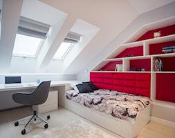 DOM NAD WISŁĄ - Średni biały czerwony pokój dziecka dla dziewczynki dla nastolatka, styl nowoczesny - zdjęcie od DALMIKO DESIGN Pracownia Projektowa