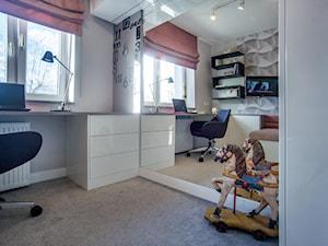 POKOJE NASTOLATKÓW - Mały szary beżowy pokój dziecka dla chłopca dla dziewczynki dla ucznia dla malucha dla nastolatka, styl nowoczesny - zdjęcie od DALMIKO DESIGN Pracownia Projektowa