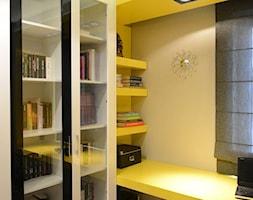 Małe szare żółte biuro kącik do pracy, styl nowoczesny - zdjęcie od DALMIKO DESIGN Pracownia Projektowa