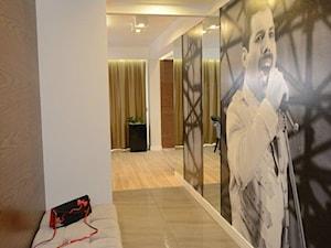 APARTAMENT Z GWIAZDĄ ROCKA - Średni biały hol / przedpokój, styl nowoczesny - zdjęcie od DALMIKO DESIGN Pracownia Projektowa
