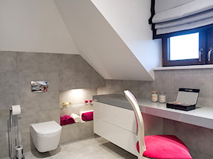 DOM W PRZYTULNYCH SZAROŚCIACH - Biała szara łazienka na poddaszu, styl nowoczesny - zdjęcie od DALMIKO DESIGN Pracownia Projektowa