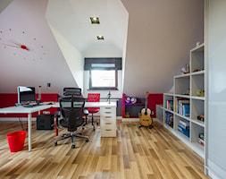 DOM Z MUZYKĄ - Duży biały czerwony pokój dziecka dla chłopca dla dziewczynki dla ucznia dla nastolatka, styl nowoczesny - zdjęcie od DALMIKO DESIGN Pracownia Projektowa