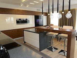 APARTAMENT Z GWIAZDĄ ROCKA - Duża otwarta biała kuchnia w kształcie litery l z wyspą, styl nowoczesny - zdjęcie od DALMIKO DESIGN Pracownia Projektowa