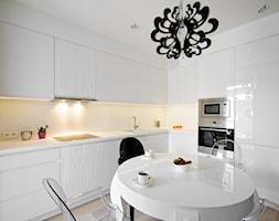 Mieszkanie w centrum Warszawy - Średnia otwarta biała kuchnia w kształcie litery l, styl glamour - zdjęcie od ZAWICKA-ID Projektowanie wnętrz