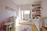 pokój dziecka, rodzinne zdjęcia na ścianie, szeroki parapet, beżowa roleta