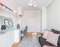 Apartament na Ursynowie - Średni biały różowy pokój dziecka dla chłopca dla dziewczynki dla ucznia dla nastolatka, styl nowoczesny - zdjęcie od ZAWICKA-ID Projektowanie wnętrz