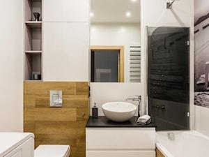 Biel i szarości w łazience w połączeniu z drewnem - zdjęcie od ZAWICKA-ID Projektowanie wnętrz