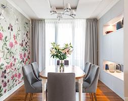 Apartament na Ursynowie - Średnia biała różowa jadalnia jako osobne pomieszczenie, styl nowojorski - zdjęcie od ZAWICKA-ID Projektowanie wnętrz