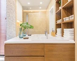 Apartament na Ursynowie - Mała łazienka w bloku w domu jednorodzinnym z oknem, styl nowoczesny - zdjęcie od ZAWICKA-ID Projektowanie wnętrz
