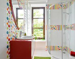 Dom w Białołęce - Średnia biała kolorowa łazienka w domu jednorodzinnym dla dzieci z oknem, styl nowoczesny - zdjęcie od ZAWICKA-ID Projektowanie wnętrz