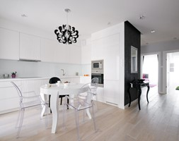 Mieszkanie w centrum Warszawy - Duża otwarta biała czarna kuchnia w kształcie litery l, styl glamou ... - zdjęcie od ZAWICKA-ID Projektowanie wnętrz - Homebook