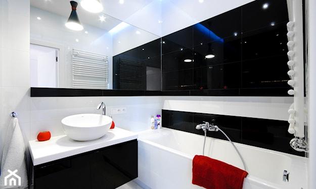 czarno biała łazienka z wanną