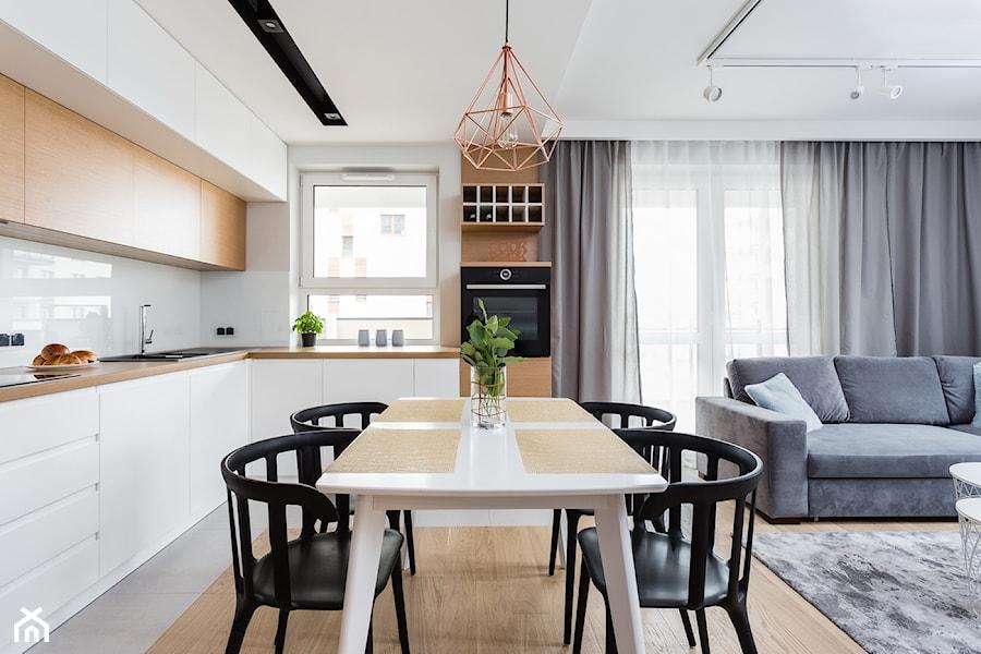 Mieszkanie dla rodziny - Mała otwarta biała kuchnia w kształcie litery l z oknem, styl skandynawski - zdjęcie od ZAWICKA-ID Projektowanie wnętrz