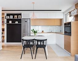 Mieszkanie dla rodziny - Średnia otwarta biała kuchnia w kształcie litery l w aneksie z oknem, styl skandynawski - zdjęcie od ZAWICKA-ID Projektowanie wnętrz