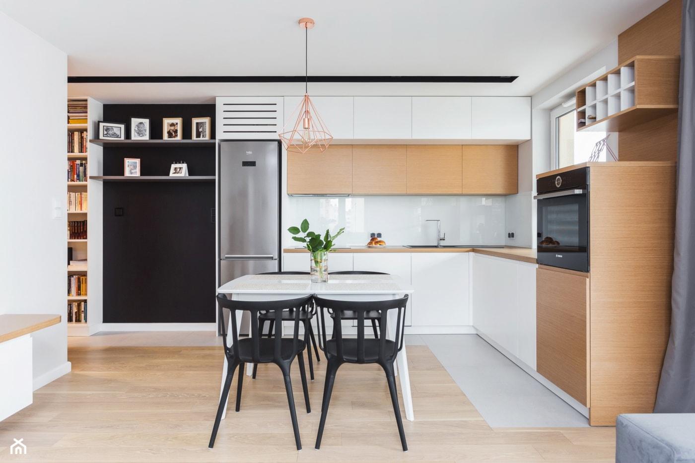 Mieszkanie dla rodziny - Średnia otwarta biała kuchnia w kształcie litery l w aneksie z oknem, styl skandynawski - zdjęcie od ZAWICKA-ID Projektowanie wnętrz - Homebook