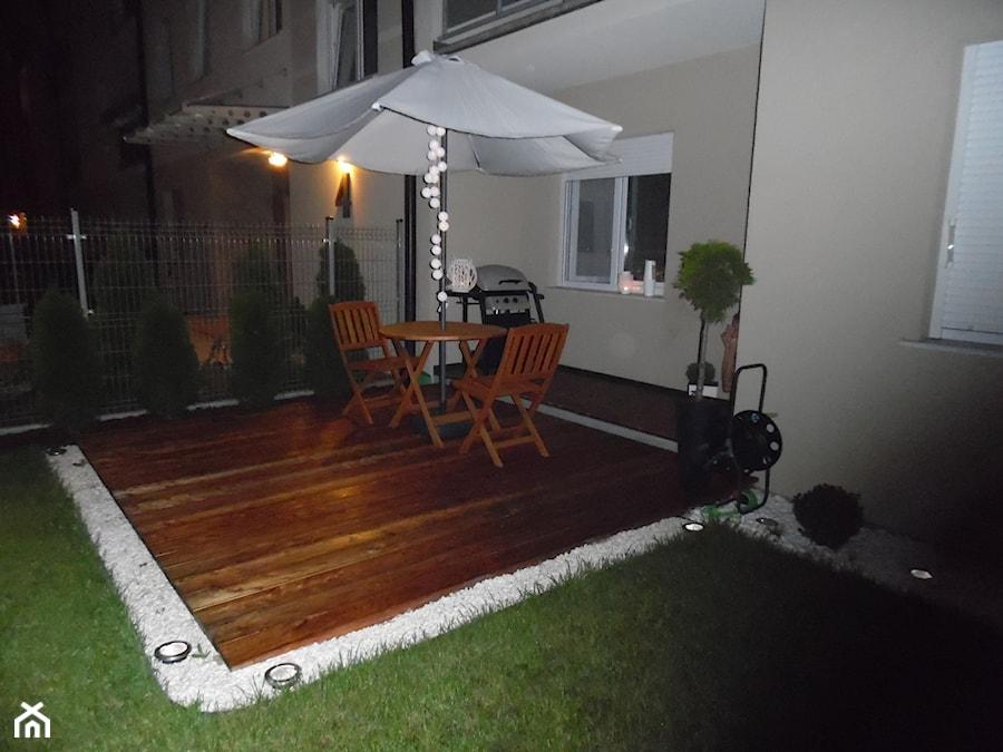 Ponad pół roku później (wrzesień) ... tak wygląda w nocy... stół i krzesła składane, można je schować na zimę. - zdjęcie od Iweet