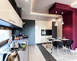 dom Radwanice - Duża otwarta szara czerwona jadalnia w kuchni, styl nowoczesny - zdjęcie od NEW CUBE