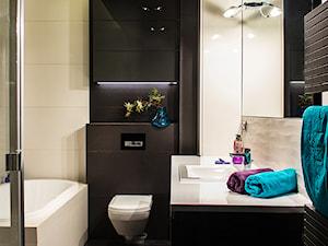 Średnia beżowa brązowa łazienka, styl nowoczesny - zdjęcie od PELIKAM