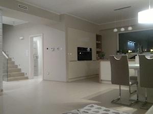 Nowoczesny salon z kuchnią - zdjęcie od taniaelektryka